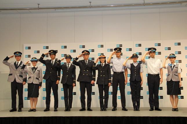 左右4名が着用しているのがサービスマネージャーの新制服