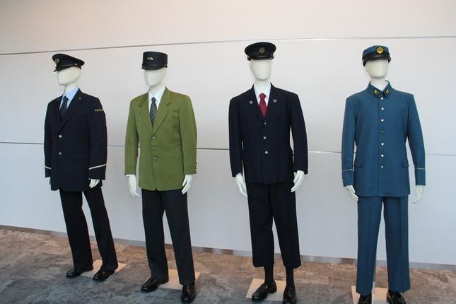 左から東京メトロ現制服、1991~2004年の営団制服、1960~1972年の営団制服、東京地下鉄道の制服