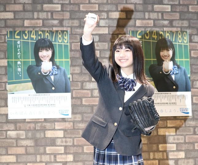 グラブとボールを持ち、ポーズを決める石井薫子さん