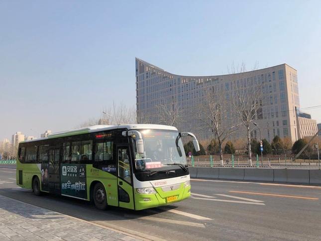 北京市内の国道4号を走るバス。乗客はわずかしかいない。後方の建物は「北京市政務サービスセンター」(2020年2月19日)