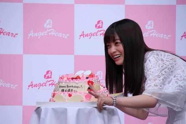 誕生ケーキを前にVサインする橋本環奈さん