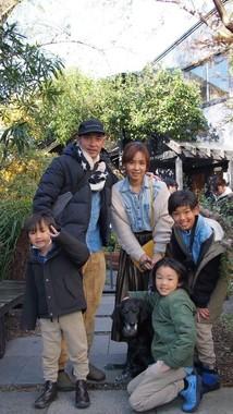 ナナちゃんを囲む前田さん一家