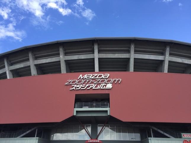 配布場所のマツダスタジアム。今年も行列が?
