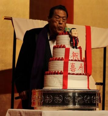 誕生日ケーキのロウソクを吹き消すアントニオ猪木さん