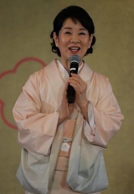 椿の葉や枝などで染められた、艶やかなピンクの着物で登壇した吉永小百合さん