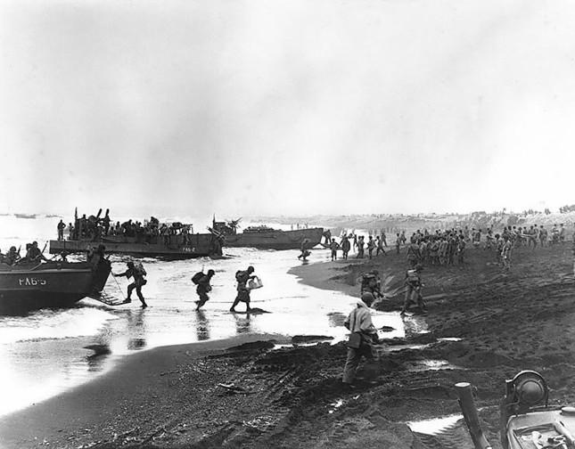 アッツ島に上陸する米軍兵士。玉砕した日本兵は「ありうべき姿」として讃えられた