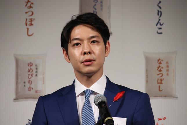 北海道の鈴木直道知事(3月撮影)。台湾や中国で話題に