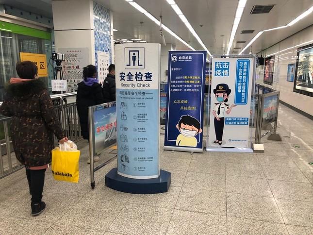 北京では地下鉄に乗る前にすべての人の体温を測る。人との距離もできるだけ1メートル以上に空けるようにしている(3月4日撮影)