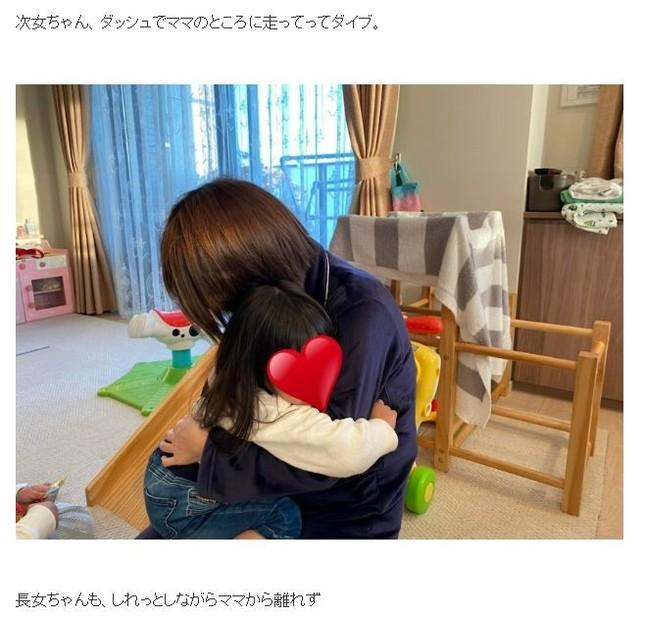 NON STYLE石田さんのブログより。母に抱き着く次女