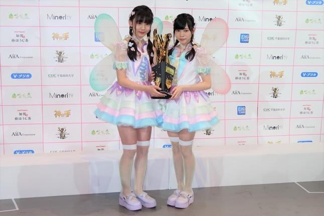 2017年のAKB48グループのじゃんけん大会では優勝を果たし、表情をほとんど変えずに 喜びを語った(写真右が運上さん。17年10月撮影)