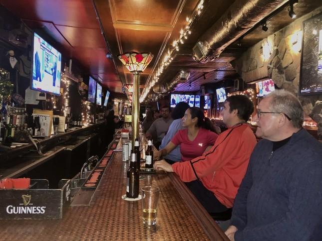 ニューヨーク・マンハッタンのバーで、スーパー・チューズデーの生中継を見る市民たち(2020年3月3日)