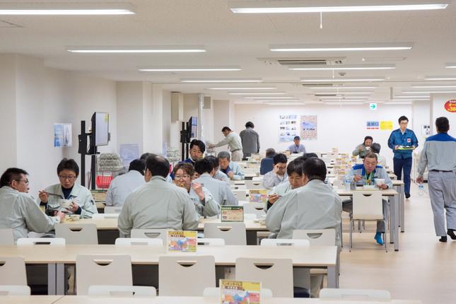 大型休憩所の食堂で食事する人たち(2018年4月撮影)
