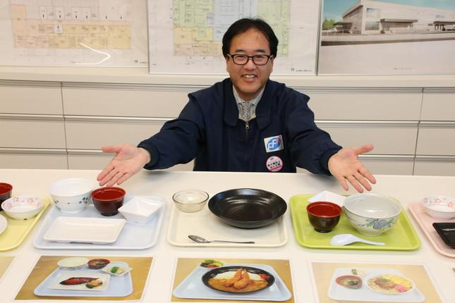 食堂で使われている食器とメニューの一部を紹介する渋谷社長