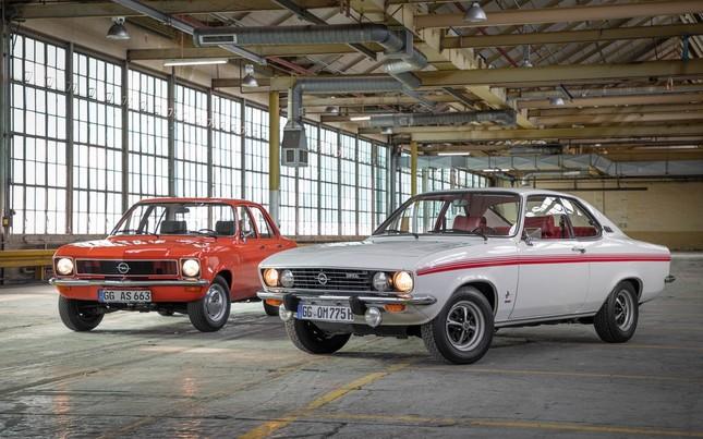 今年発売50周年となるオペルの往年の名車「アスコナ」(左)と「マンタ」=オペル提供