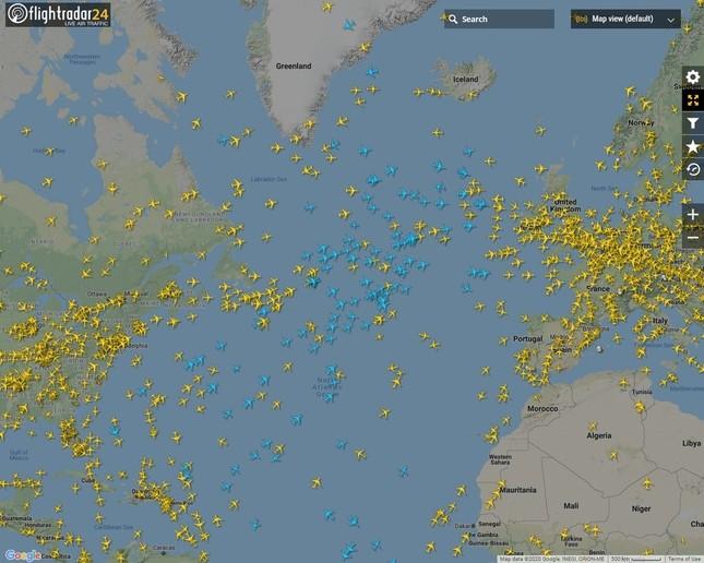 大西洋上には多くの「青い飛行機」が飛んでいる。地上からはADS-Bの信号を受信しにくいエリアだ(写真は「フライトレーダー24」から)