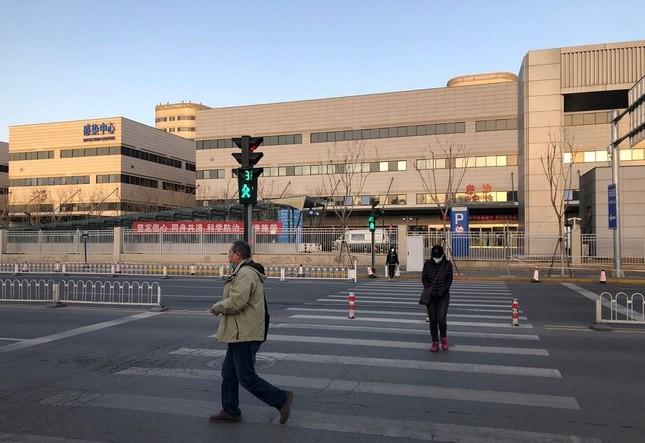 首都医科大学付属病院の前を歩く人。北京の病院は今もほとんど閉鎖されている(3月17日)