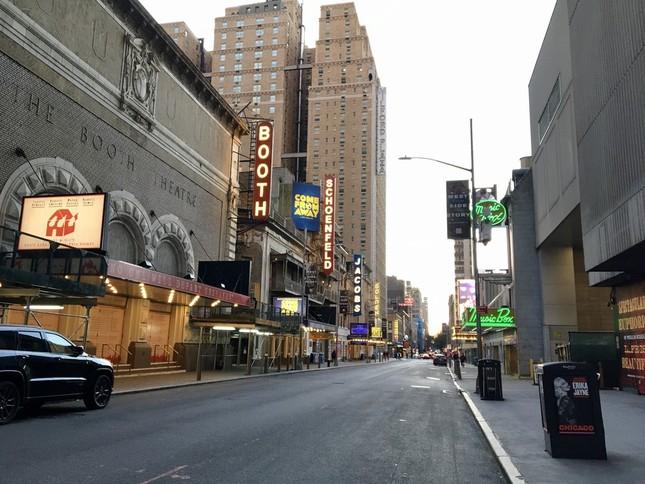 閑散としているブロードウエイの劇場街