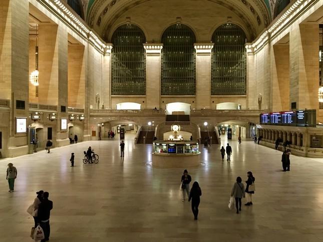 通勤列車が多く発着するターミナル「グランド・セントラル」駅も、人影はまばら
