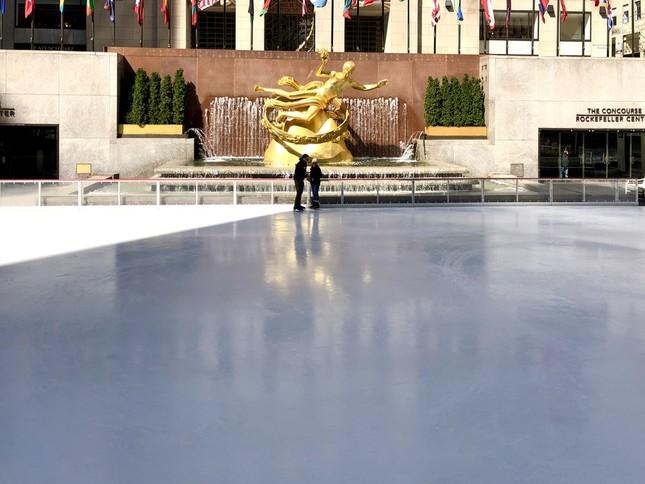 ロックフェラーセンターのスケートリンクで滑っていたのは、このカップルだけ