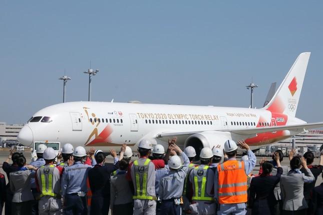 JAL・ANA両社の係員が特別機に手を振って出発を見送った