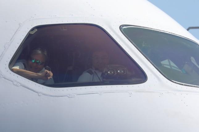 操縦席から機長らが笑顔を見せる場面も…