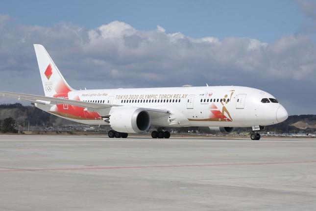 航空自衛隊松島基地(宮城県東松島市)に到着した聖火輸送特別機