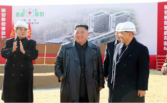 3月17日に行われた平壌総合病院の起工式では、幹部がマスクなしで金正恩氏と談笑した(写真は労働新聞ウェブサイトから)