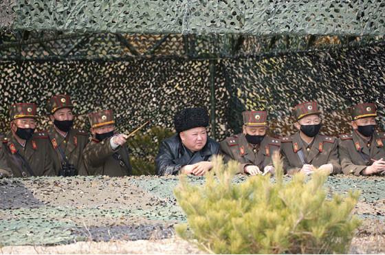 3月12日の現地指導では、背後の幹部は黒いマスクをつけていた(写真は労働新聞ウェブサイトから)