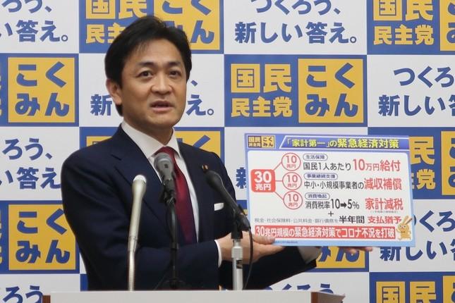 記者会見する国民民主党の玉木雄一郎代表。3月18日に30兆円規模の緊急経済対策案を発表している