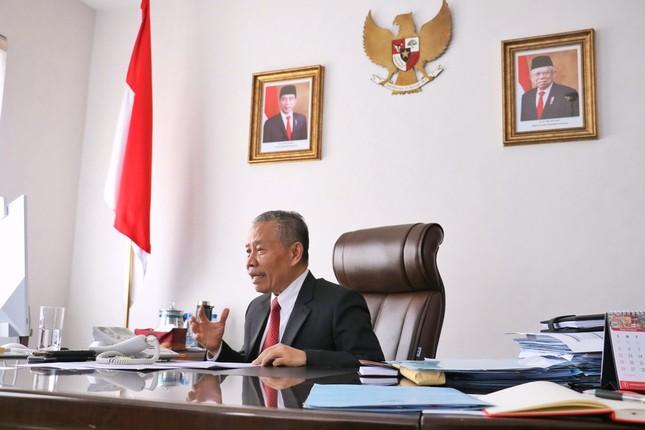 平壌のインドネシア大使館からラジオ番組に電話出演するベルリアン・ナピトゥプル大使(写真はインドネシア大使館のツイッターから)