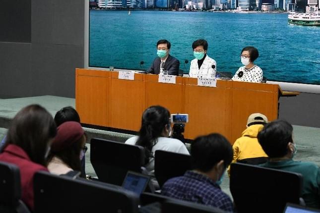 記者会見する香港政府トップの林鄭月娥(キャリー・ラム)行政長官(写真中央)
