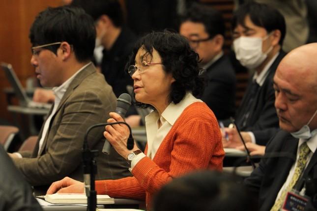 質問するフリージャーナリストの江川紹子さん