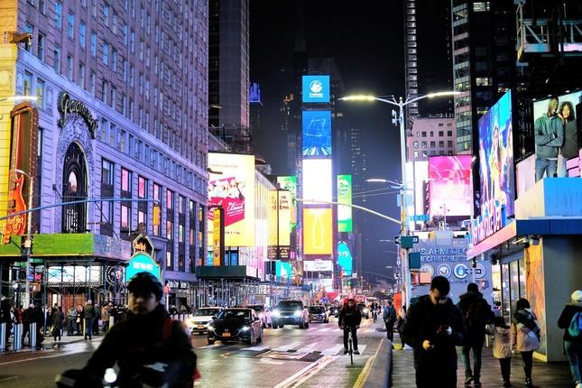 この頃はまだ、夜間、外を歩いている人たちが大勢いたタイムズスクエア (2020年3月3日、筆者撮影)