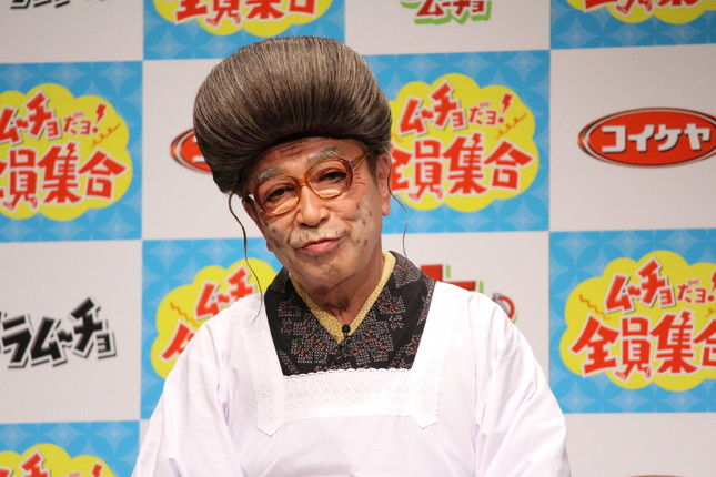 持ちネタの「ひとみばあさん」に扮した生前の志村さん