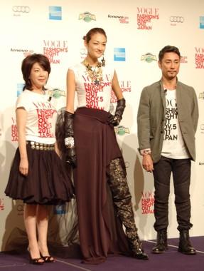 冨永愛さん(中央)。スーパーモデルの世界の戦いに触れた