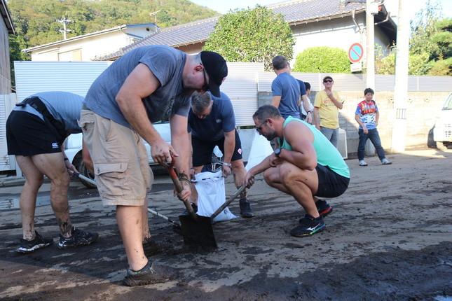 台風19号で水害に見舞われた釜石市内で、ラグビー・カナダ代表チームがボランティアで泥かきを行った(写真提供:釜石市)