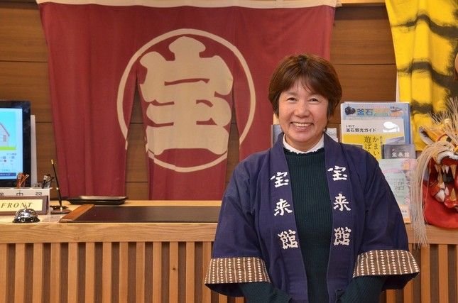宝来館の岩崎昭子さん。6年前に取材した際と同じ場所で撮影