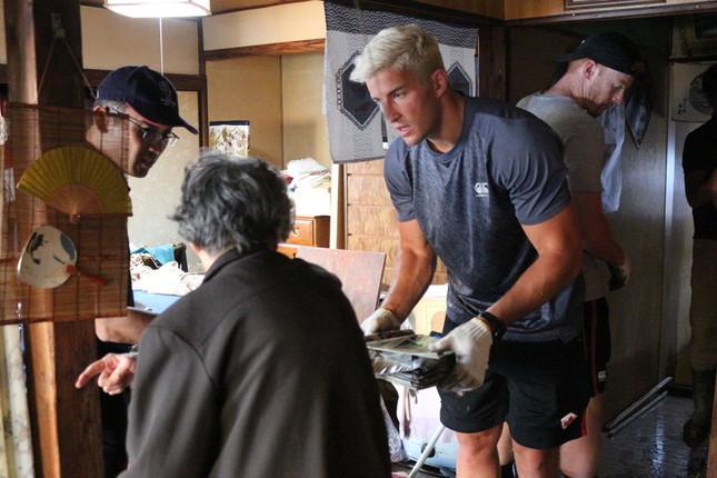 カナダ代表選手のボランティア作業の様子(写真提供:釜石市)