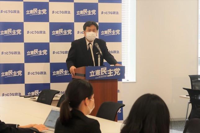 マスク姿で記者会見に臨む立憲民主党の枝野幸男代表