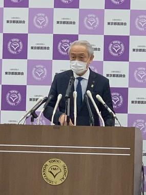 会見する東京都医師会の尾崎治夫会長