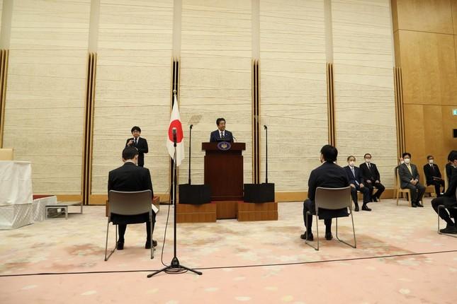 記者会見で非常事態宣言について説明する安倍晋三首相。記者席の間隔が広くなっている