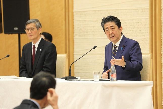 記者会見で質問に答える安倍晋三首相(右)。「基本的対処方針等諮問委員会」の尾身茂会長(左)も陪席した