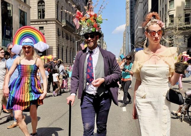 例年、マンハッタン5番街で行われるイースター・パレード。個性的なファッションの参加者を見に多くの人が集まるが、今年は中止が決まっている(筆者撮影)