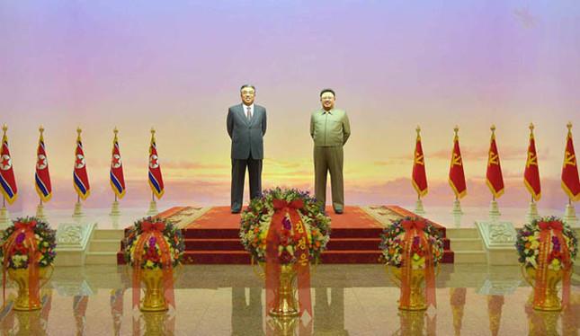 2020年の「太陽節」では、金正恩氏の姿は報じられず、「金正恩」の名前入りの花かごを出すにとどまった(写真は労働新聞から)