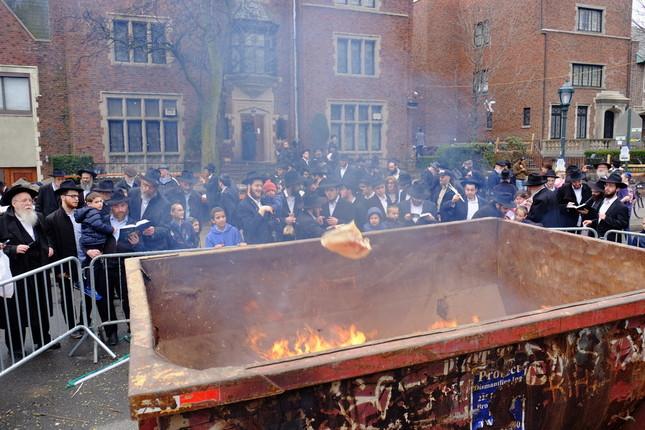 例年のユダヤ教「過越しの祭り」の前に、この時期に食べてはいけないイースト入りのパンを超正統派ユダヤ教徒が燃やす。しかし、今年(4月8日-16日)は家から出なかった人たちが多かった(ニューヨーク市ブルックリンで、筆者撮影)
