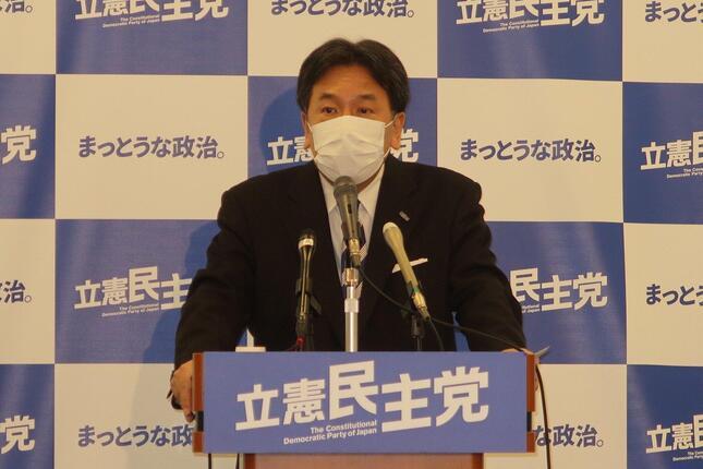 定例会見に臨む立憲民主党の枝野幸男代表。「私は従来から、ひとつひとつの世論調査についてはコメントしない」などと話した