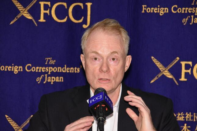 PRコンサルティング会社の「ケクストCNC(Kekst CNC)」が行った国際世論調査の結果について説明する日本最高責任者のヨッヘン・レゲヴィー氏(c)日本外国特派員協会