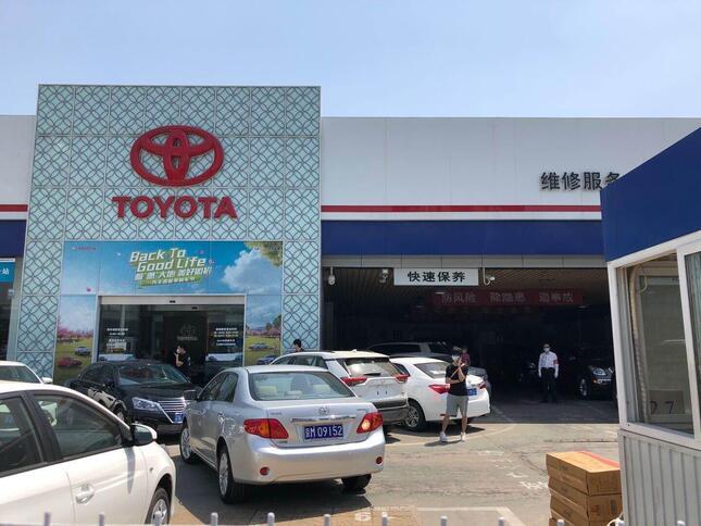 北京市内のトヨタの自動車販売店。平日でも下見に来る客が後を絶たない(2020年5月14日、筆者撮影)