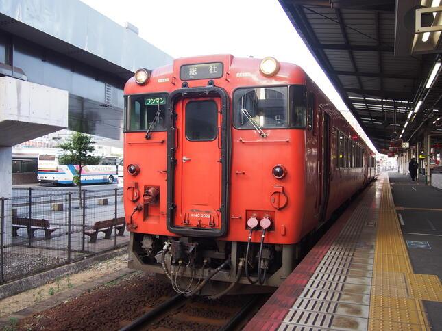 (岡山駅で発車を待つ旧国鉄型ディーゼルカー)