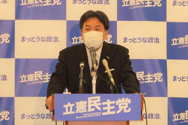 立憲民主党の枝野幸男代表。5月8日の記者会見では、法案を「束ねる」ことの問題を指摘するにとどめていた